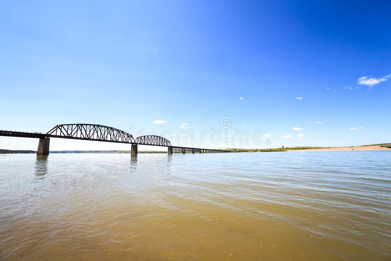 Águas turvos do Rio Missouri imagens de stock