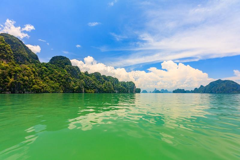 Águas verdes da baía de Phang Nga, Phuket, Tailândia fotografia de stock royalty free