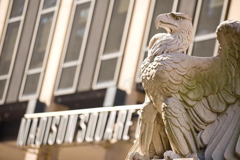 A águia da estação de Penn foto de stock