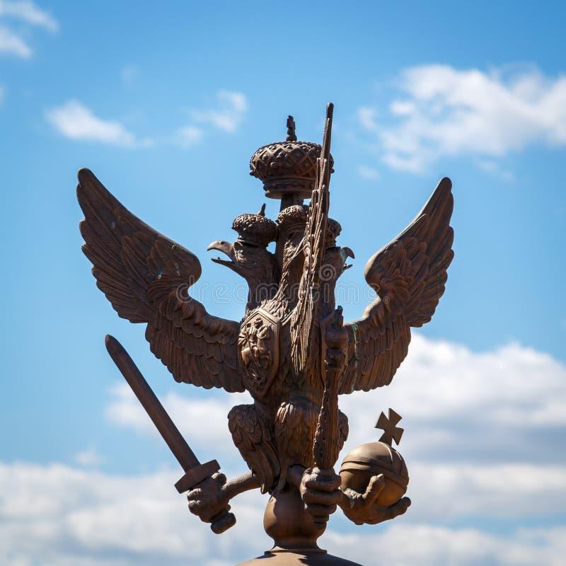 águia Dobro-dirigida na coroa imperial no close-up quadrado do palácio fotografia de stock royalty free