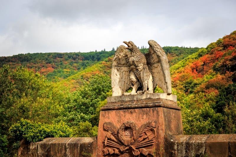 Águila de piedra encima de un túnel ferroviario imágenes de archivo libres de regalías