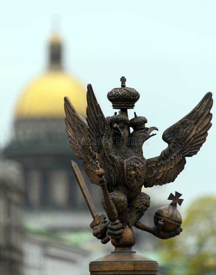 águila Doble-dirigida del cuadrado del palacio en St Petersburg imagenes de archivo