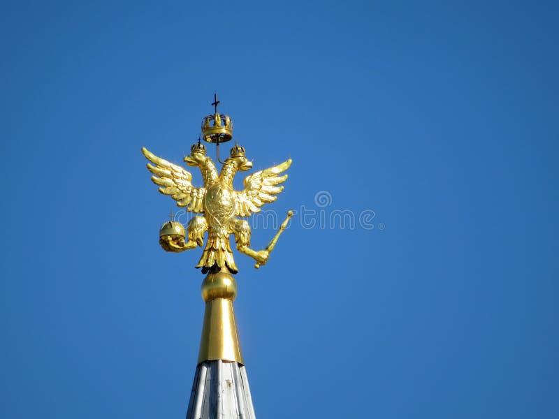 Águila rusa contra un cielo azul claro en cuadrado rojo en Moscú fotos de archivo libres de regalías