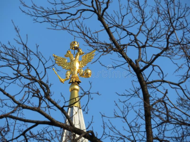 Águila rusa encima de la torre en cuadrado rojo en Moscú Emblema nacional de Rusia imagen de archivo