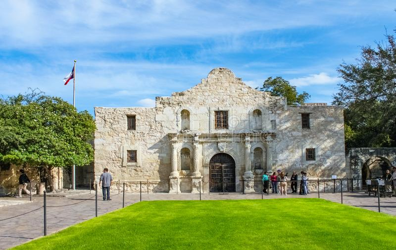 Álamo histórico en donde sucedió la batalla famosa y los turistas que esperaban para inscribir a San Antonio Texas los E.E.U.U. 1 fotografía de archivo libre de regalías