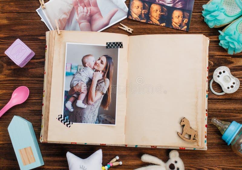 Álbum aberto com imagem perto dos acessórios em wi de madeira do fundo foto de stock royalty free