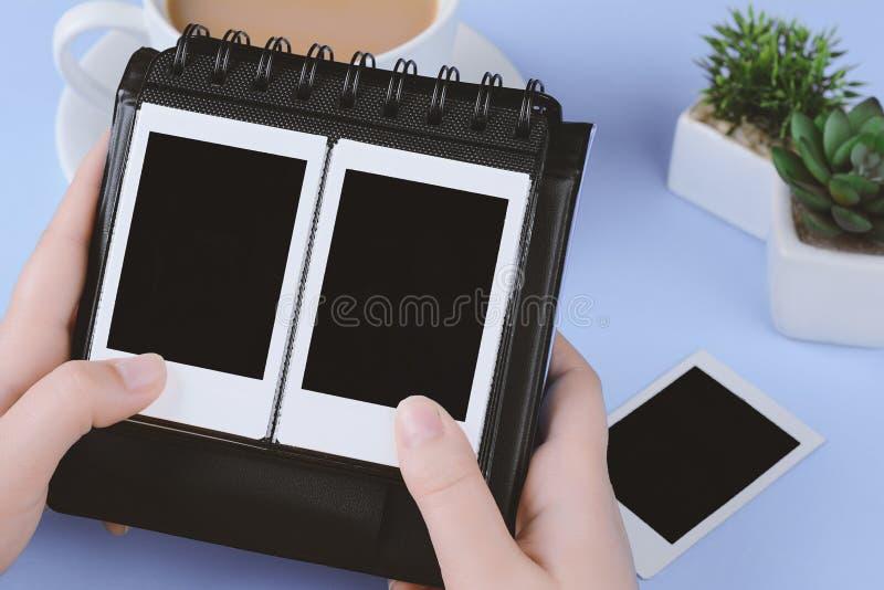 Álbum de fotografias com as fotos imediatas vazias fotos de stock