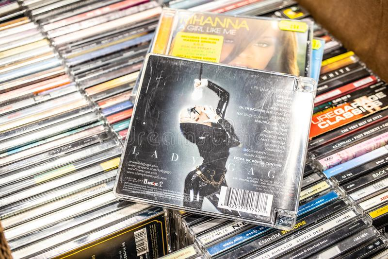Álbum de señora Gaga CD la fama 2008 en la exhibición en venta, el cantante y el compositor americanos famosos imágenes de archivo libres de regalías