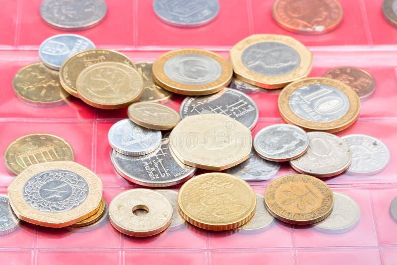 Álbum del Numismatics con diversas monedas foto de archivo