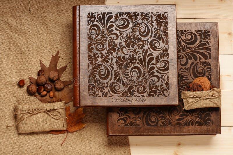Álbum do casamento no fundo de madeira fotografia de stock royalty free