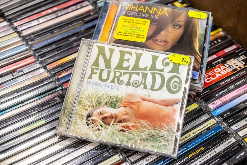 Álbum do CD de Nelly Furtado Whoa, Nelly! 2000 na exposição para a venda, o cantor canadense famoso e o compositor, imagens de stock