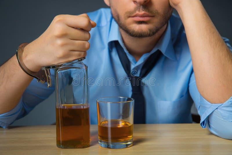 Álcool bebendo do homem bêbado na tabela imagens de stock