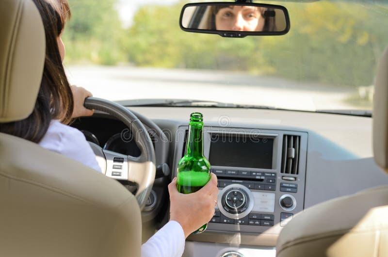Álcool bebendo e condução da mulher foto de stock royalty free