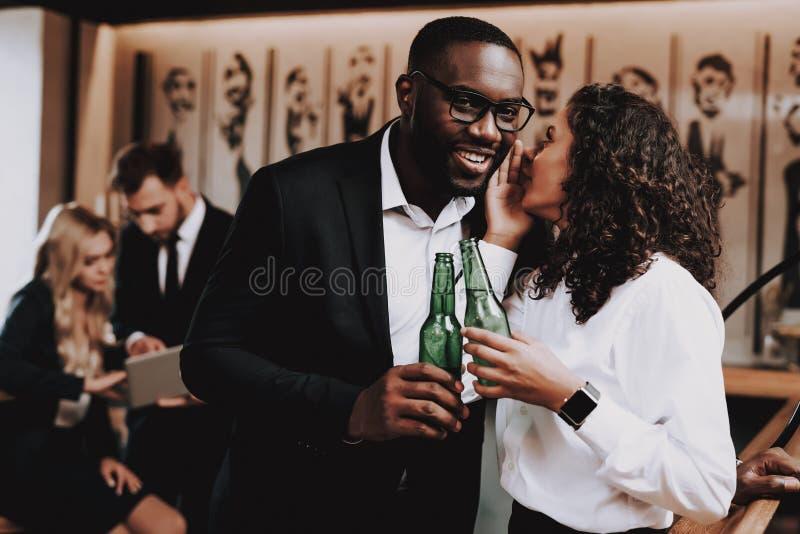 Álcool bebendo Tenha o divertimento Junto na barra guys fotos de stock royalty free