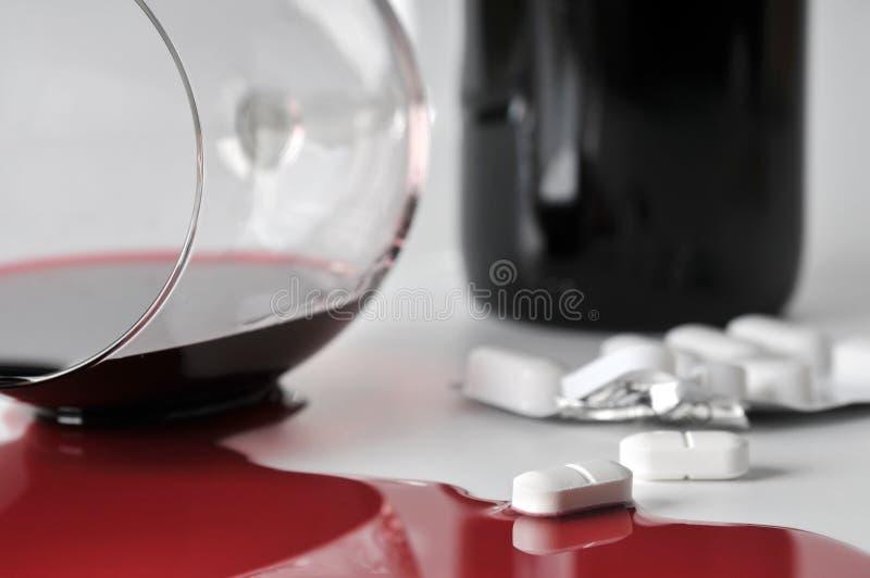 Álcool e comprimidos imagem de stock