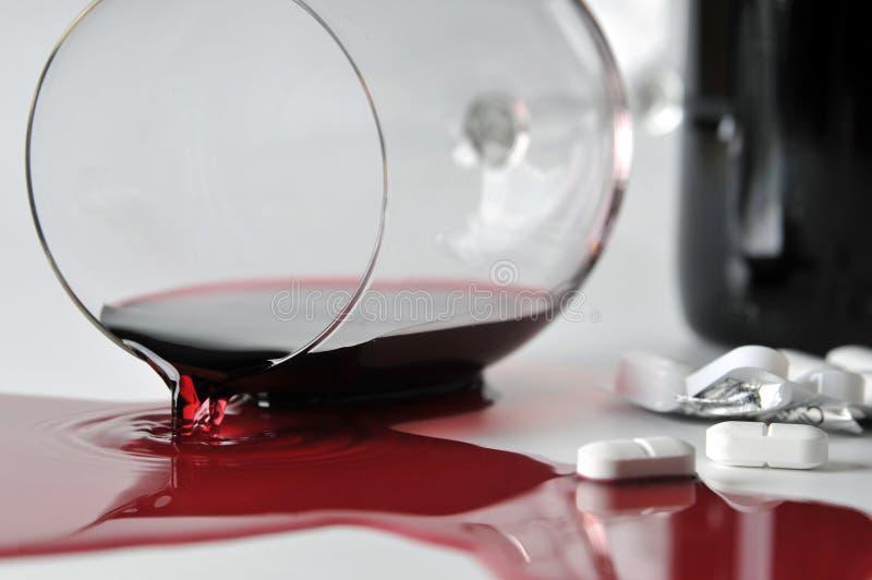 Álcool e comprimidos fotos de stock
