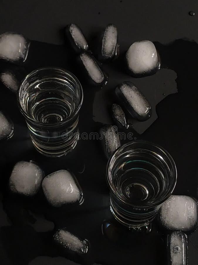 Álcool e gelo sobre fundo negro Vodka russa fotos de stock