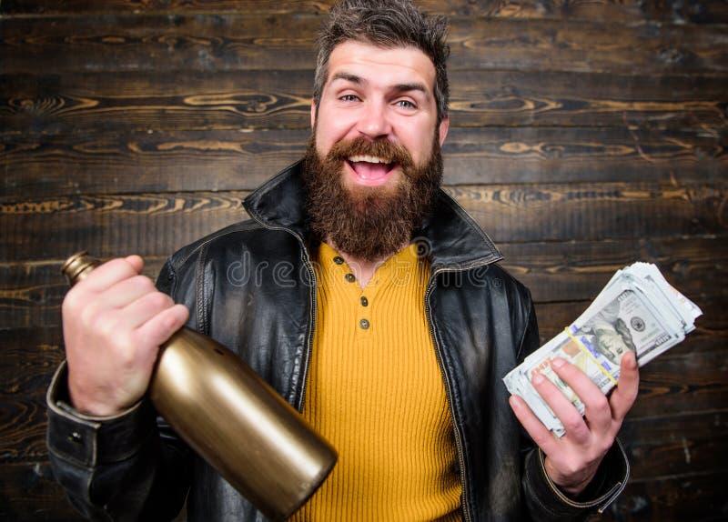 Álcool farpado brutal da bebida do dinheiro do dinheiro da posse do casaco de cabedal do desgaste do moderno do homem Dinheiro il foto de stock royalty free