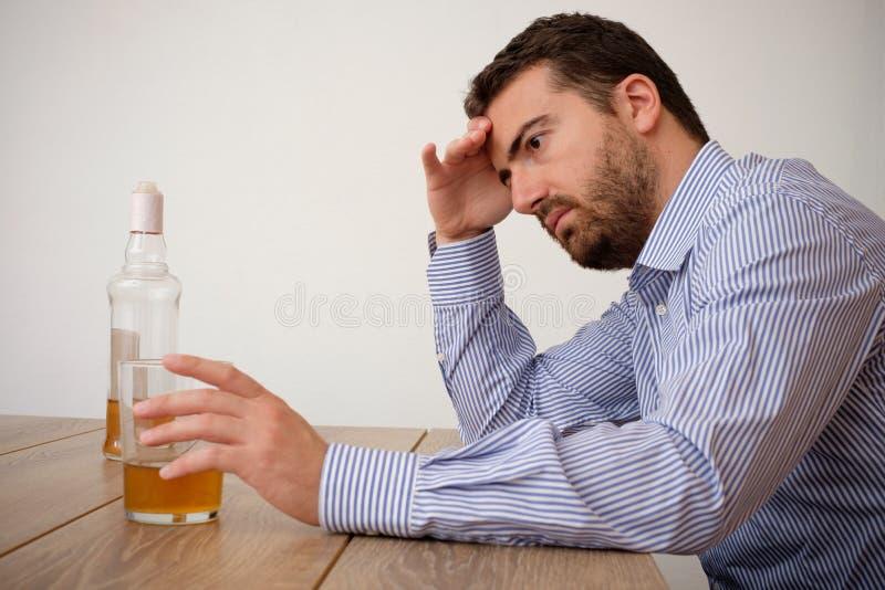 Álcool triste do homem viciado fotos de stock