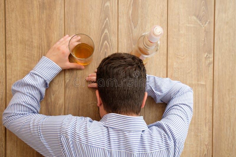 Álcool triste do homem viciado foto de stock