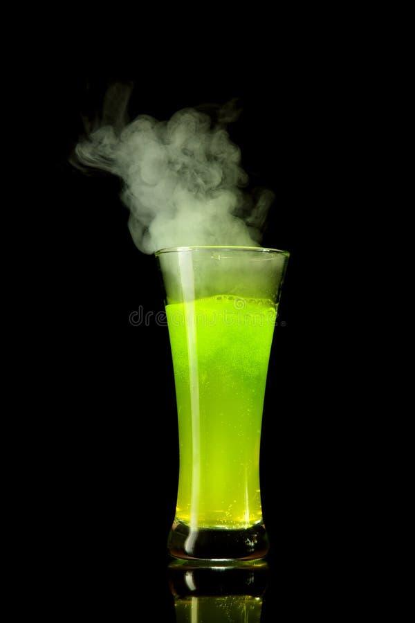 Álcool verde de ebulição imagem de stock royalty free
