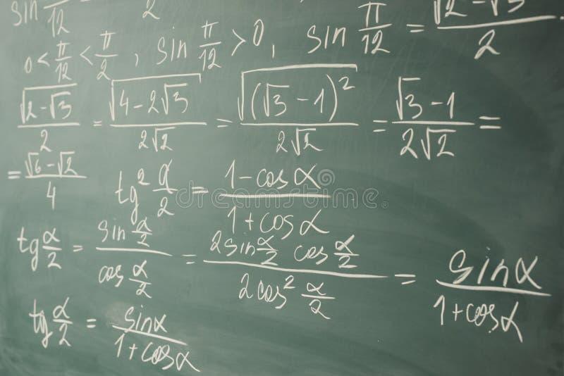 Álgebra, matemáticas Trigonometría y funciones elementales escritas en la pizarra foto de archivo