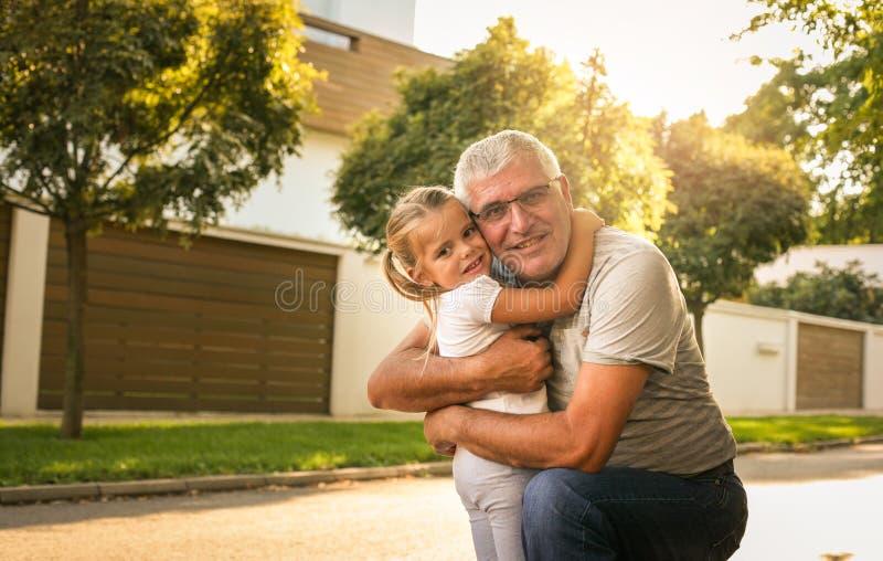 Ámele tanto mi abuelo Familia multi de la generación que goza adentro fotos de archivo libres de regalías