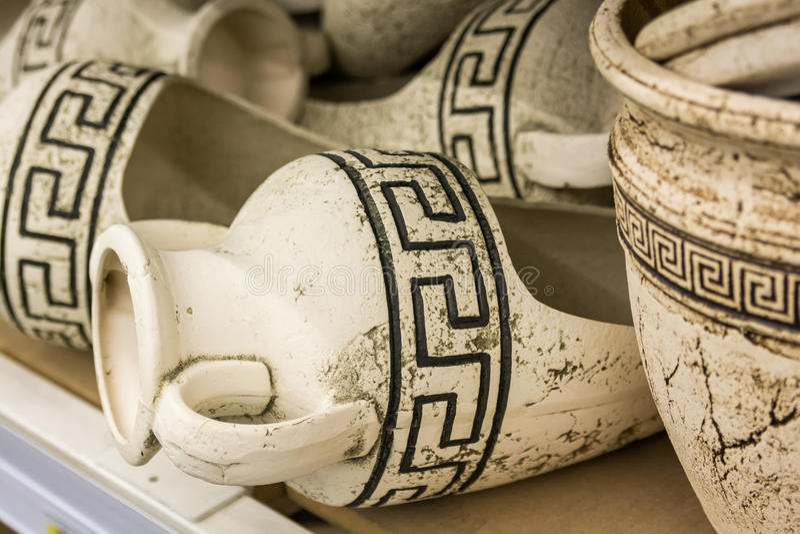 Ánforas del griego clásico en estante fotos de archivo