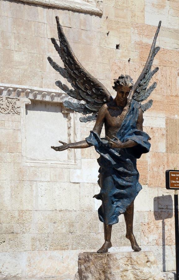 Ángel, catedral dedicada a la Virgen María bajo designación en Verona foto de archivo