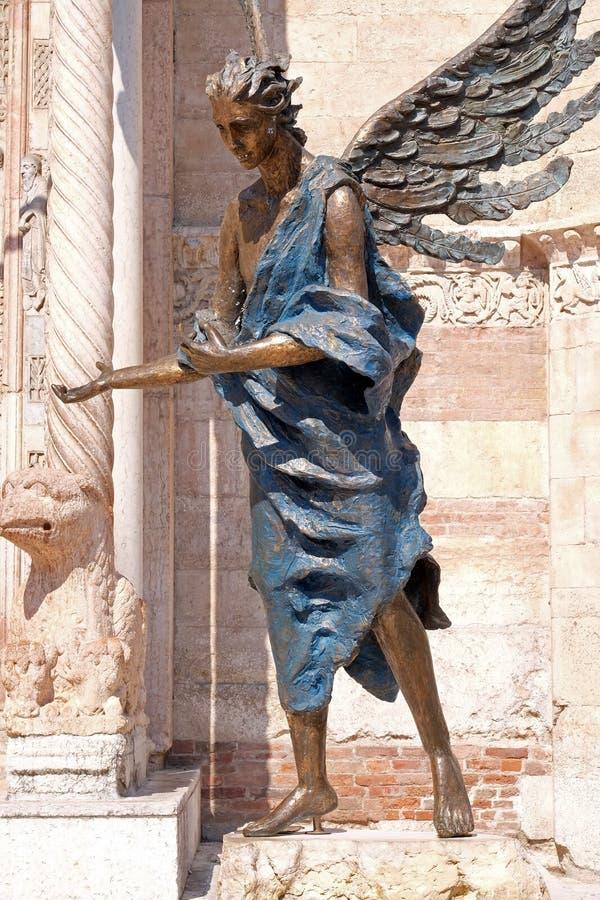Ángel, catedral dedicada a la Virgen María bendecida bajo designación en Verona foto de archivo libre de regalías