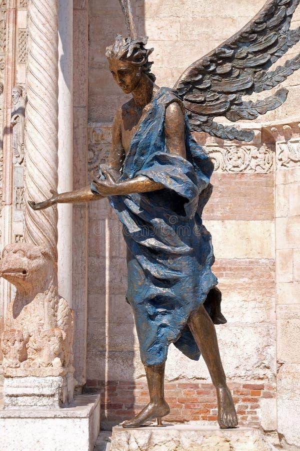 Ángel, catedral dedicada a la Virgen María bendecida bajo designación en Verona foto de archivo