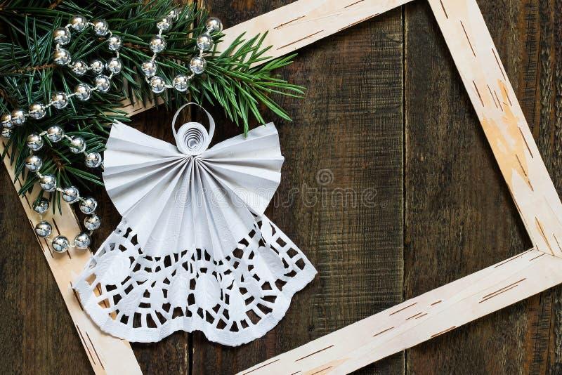Ángel a cielo abierto en las técnicas quilling para la decoración de la Navidad foto de archivo libre de regalías