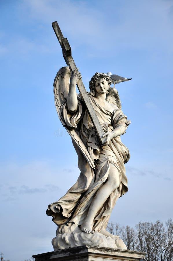 Ángel con la cruz Estatua en el Ponte Sant Ángel, R imagen de archivo