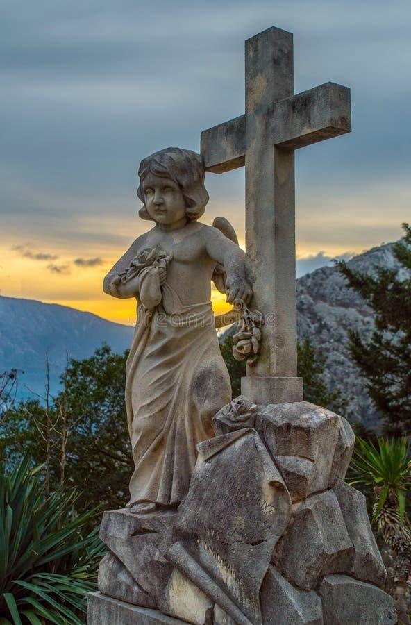 Ángel con la cruz santa fotografía de archivo libre de regalías