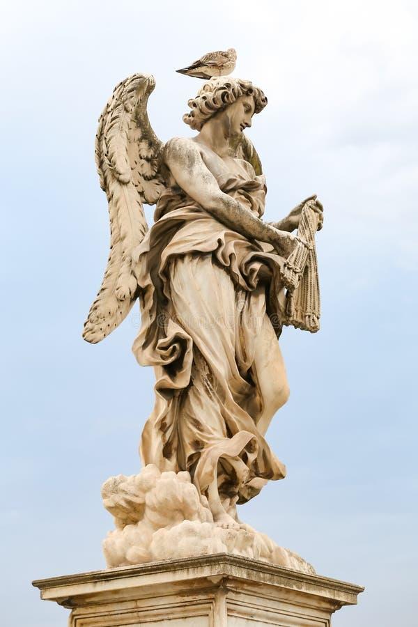 Ángel con la estatua de los azotes en Hadrian Bridge, Roma, Italia foto de archivo libre de regalías