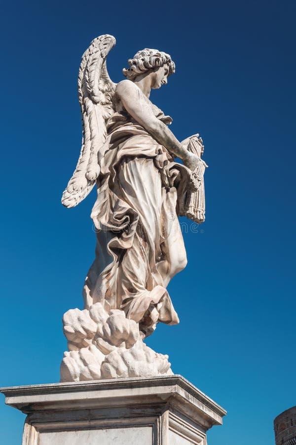 Ángel con los azotes en el puente del ángel del santo en Roma foto de archivo