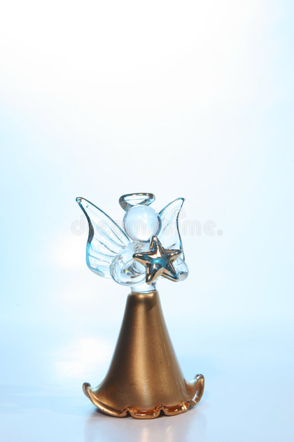 Ángel de cristal en luz azul foto de archivo