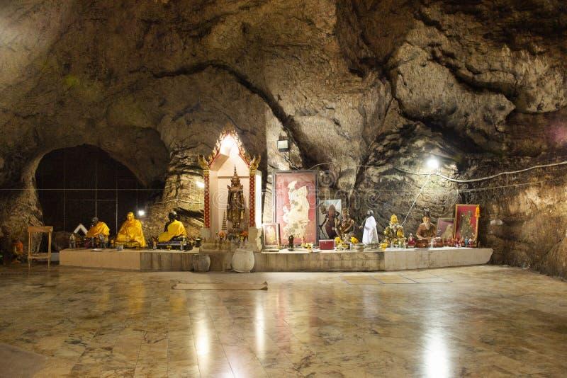 Ángel de dios Buda y estatua ermitaña en cueva para los tailandeses y viajeros extranjeros viajan visita y respeto o oración en W imágenes de archivo libres de regalías