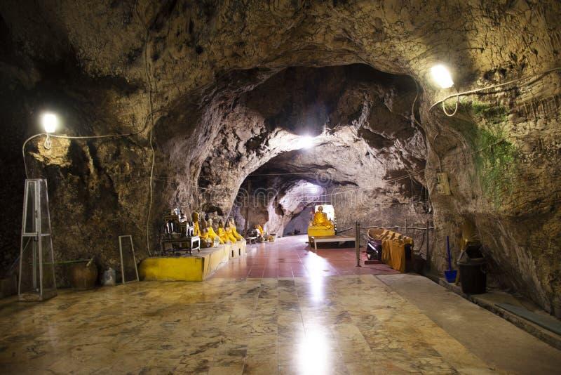 Ángel de dios Buda y estatua ermitaña en cueva para los tailandeses y viajeros extranjeros viajan visita y respeto o oración en W imagen de archivo