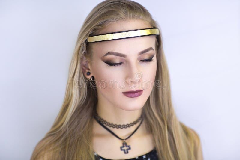 Ángel de la muchacha con nimbo de oro foto de archivo