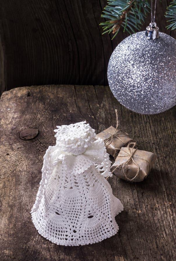 Ángel de la Navidad con una bola en el árbol de navidad imagen de archivo libre de regalías