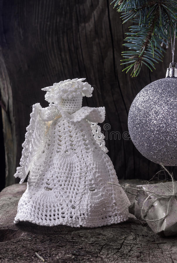 Ángel de la Navidad con una bola en el árbol de navidad fotografía de archivo libre de regalías