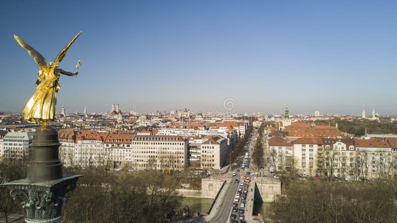 Ángel de la paz que pasa por alto el panorama de Munich foto de archivo
