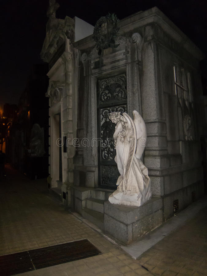 Ángel de mármol en cementerio con el flash imagen de archivo