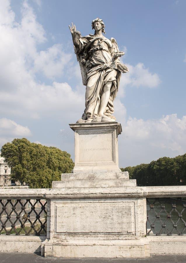 Ángel de mármol que sostiene los clavos utilizados para crucificar a Cristo en el ` Ángel de Ponte Sant fotos de archivo libres de regalías