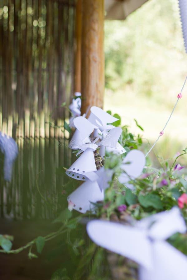Ángel de papel de la decoración en la cerca. imágenes de archivo libres de regalías