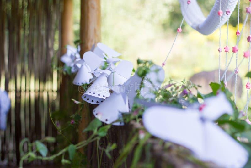 Ángel de papel de la decoración en la cerca. foto de archivo