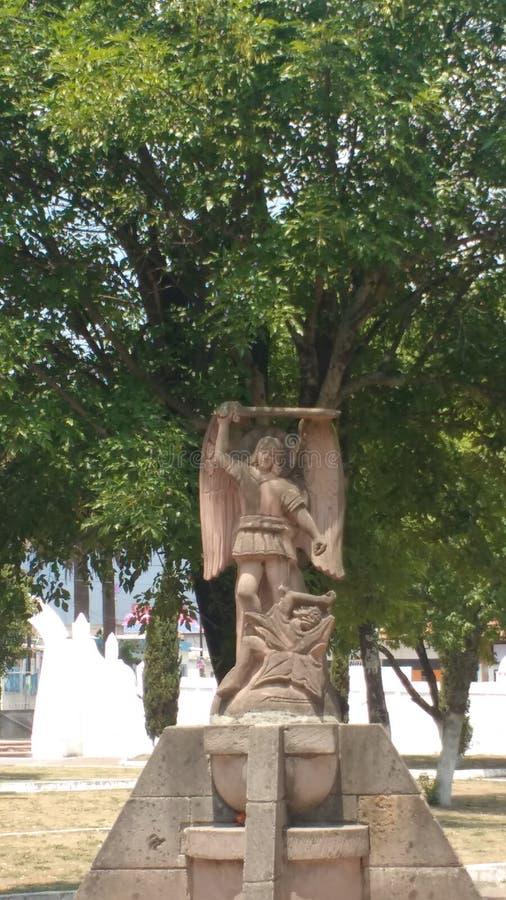 Ángel de piedra de una iglesia fotografía de archivo