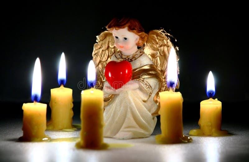 Ángel del acebo con el corazón imagenes de archivo