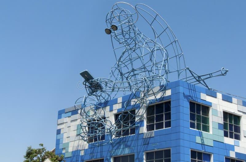 Ángel del cubo y del hierro de Rubik inusual del edificio de la modernidad con un teléfono a disposición Odessa, Ucrania - julio  imágenes de archivo libres de regalías